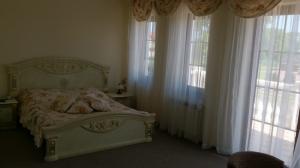 pokój z łóżkiem