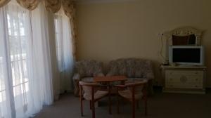 pokój z kanapą, stołem i telewizorem