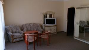pokój z kanapą stołem i telewizorem