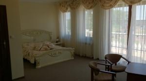 duży pokój z łóżkiem