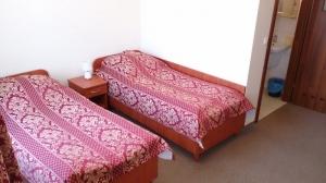 pokój z dwoma łóżkami, czerwone nakrycia