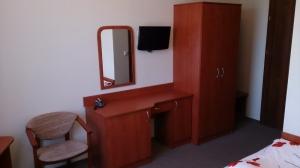 pokój z toaletką i telewizorem