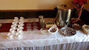 stół w barze hotelu willa zbyszko